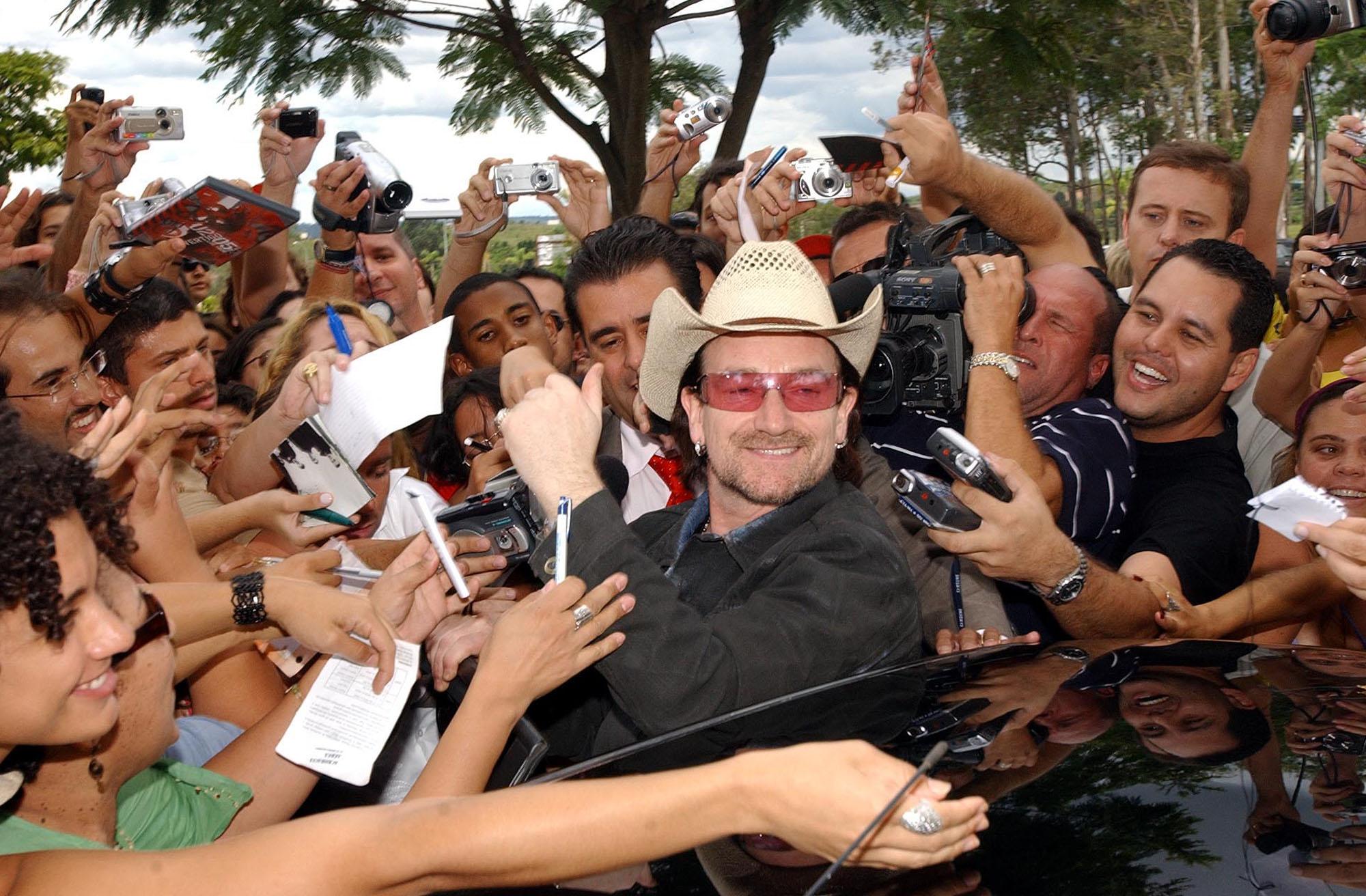 Bono_and_fans