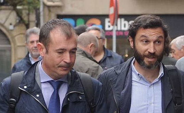José María Martínez Sanz (right) enters the courthouse with his attorney
